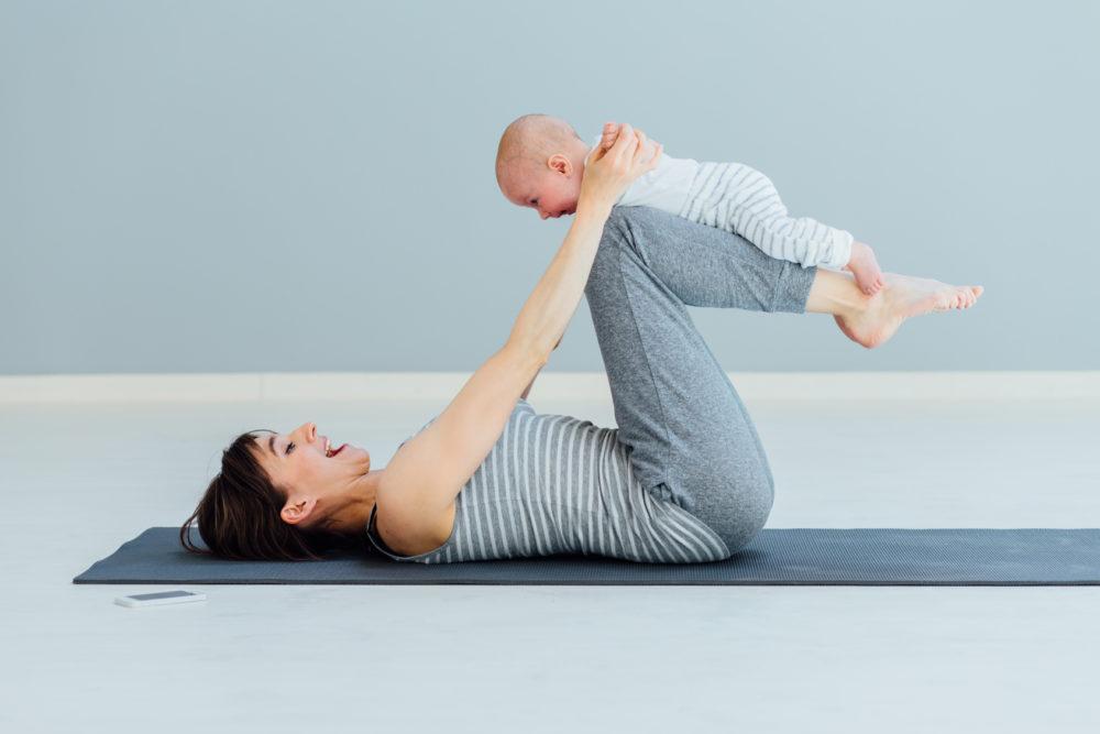 Mama und Baby bei Yoga und Rueckbildung